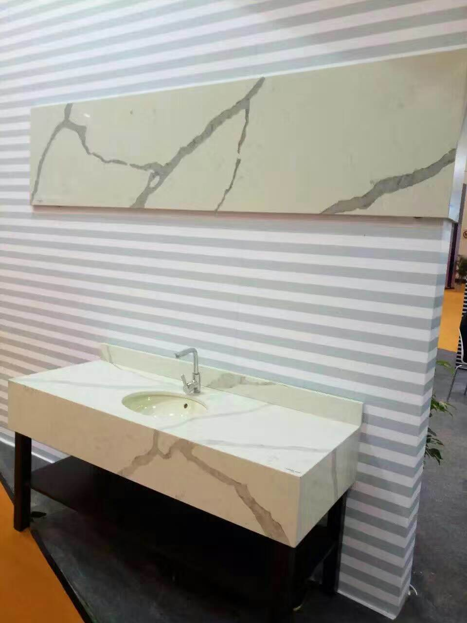 2017 Calacatta Color Quartz Stone for Countertops pictures & photos