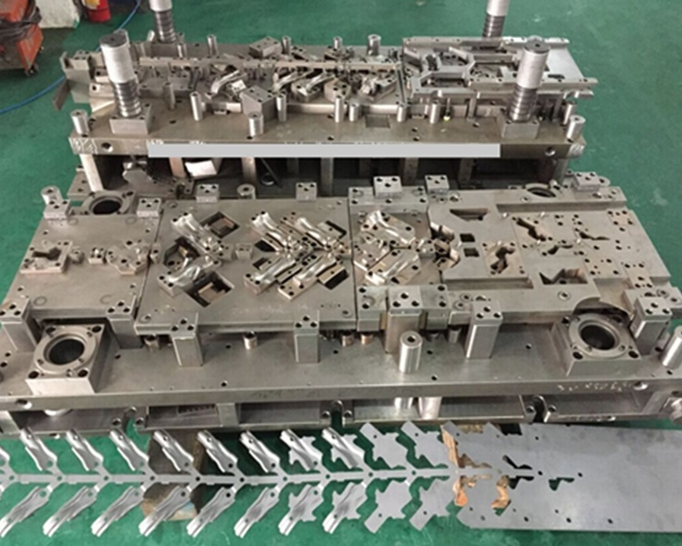 Progressive Stamping Die/Mold/Tooling for Auto Parts pictures & photos