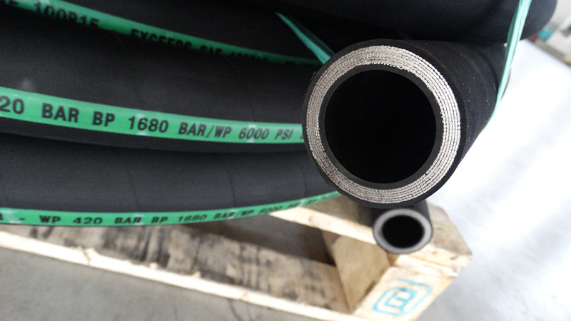 DIN / En856 4sp Tight Bends Hydraulic Rubber Hose pictures & photos