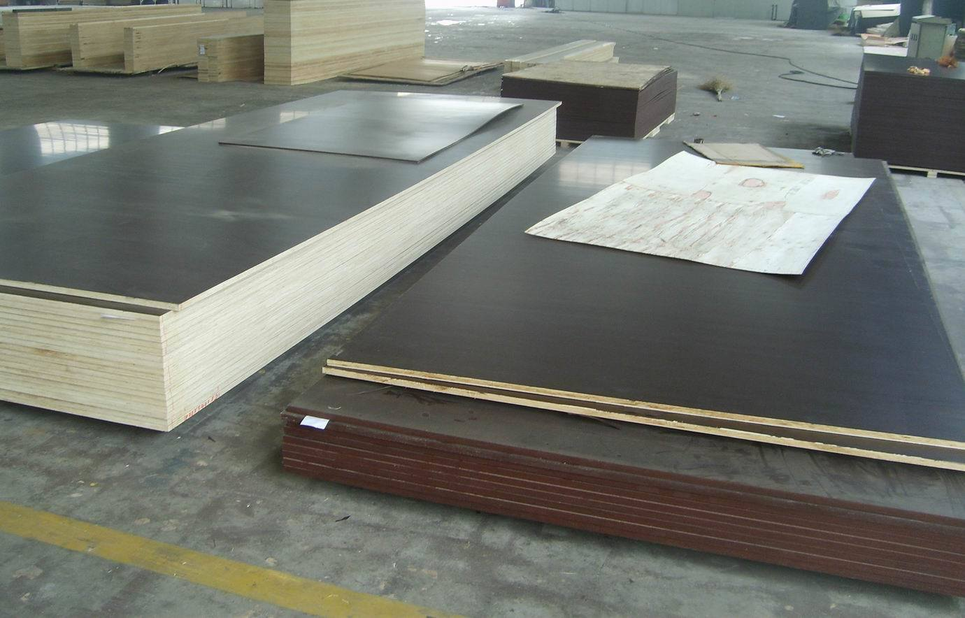 Film Faced Plywood, Poplar Core, WBP Glue, Brown Film Size 1500X3000X18mm, Glossy Surface