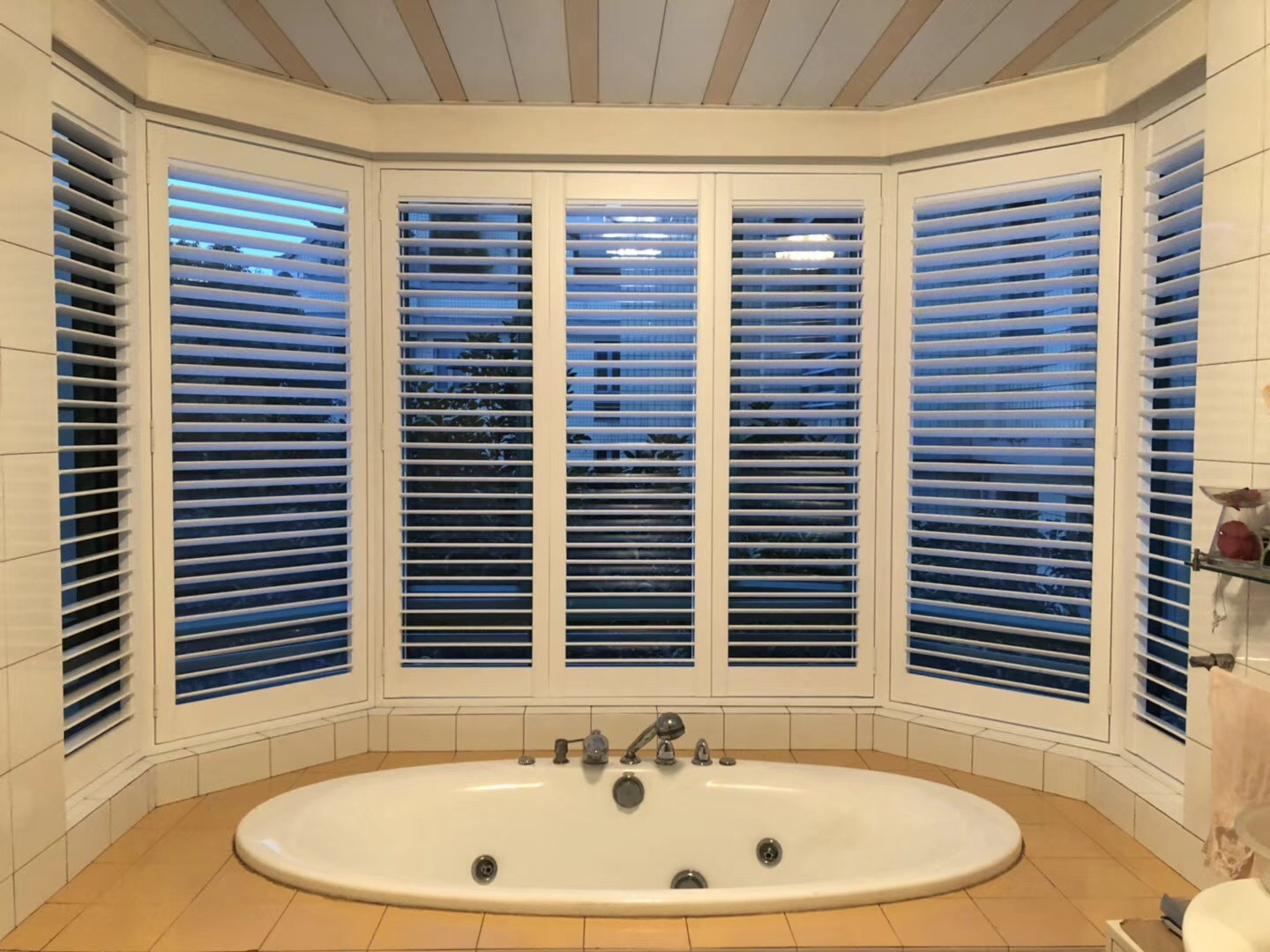 Hot Item Customized Sun Shade Hinged Bay Window Plantation Shutters