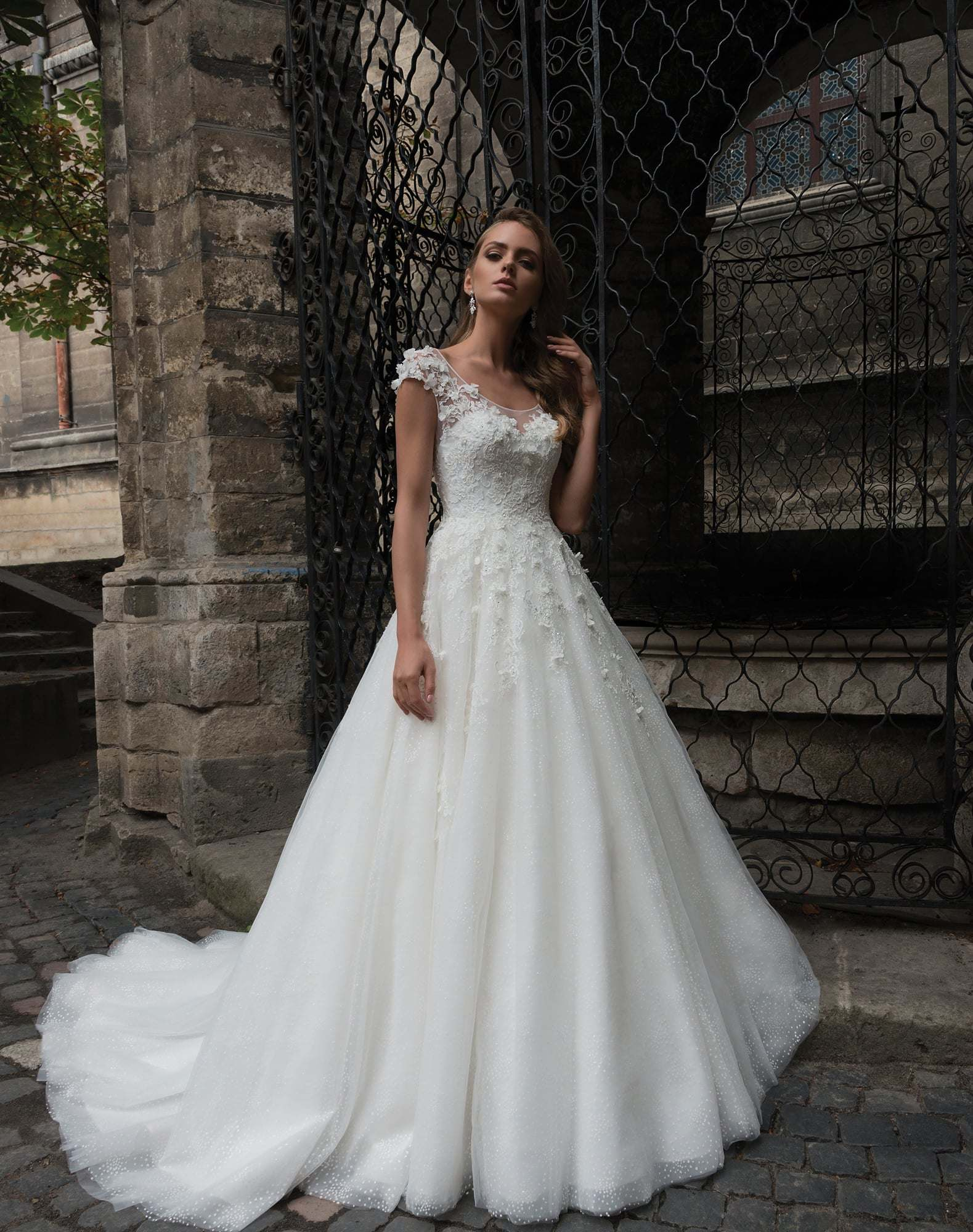 5bd679346f9 China Amelie Rocky Hand-Made Flower Lace Tulle Wedding Dress 2018 - China  Lace Tulle Wedding Dress