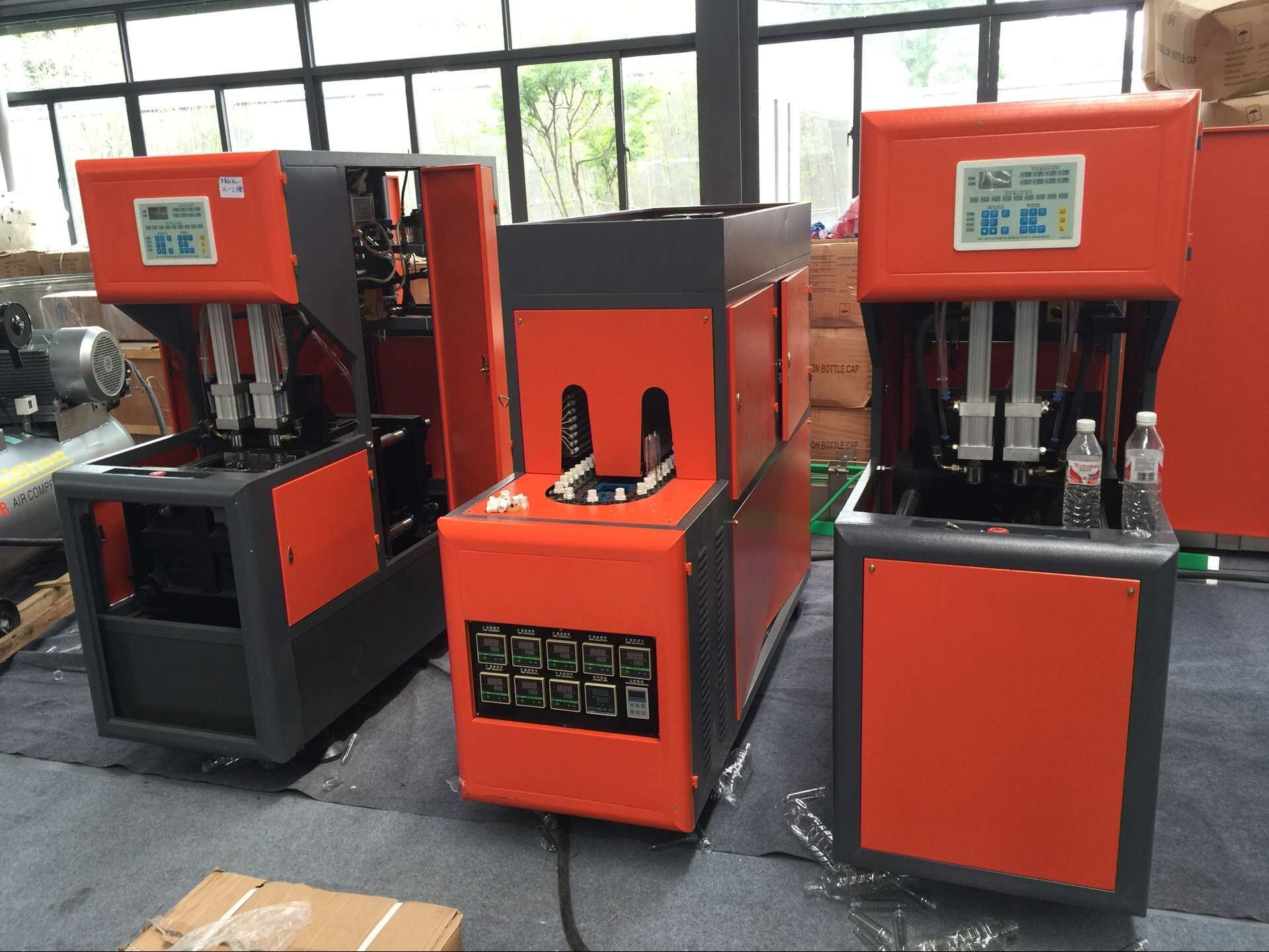 2000bph 4 Cavity Plastic Pet Bottle Blow Molding Machine pictures & photos