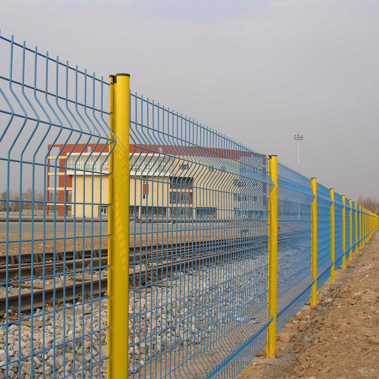 China Perison Security Welded Wire Mesh Fence with Curved Photos ...
