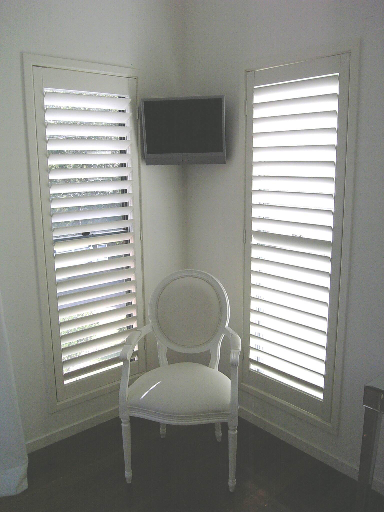 White Horizontal Louver Indoor Window Shutters With Plantation