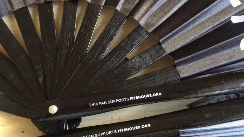 China Custom Large Size 33cm Bamboo Kungfu Hand Fan Photos