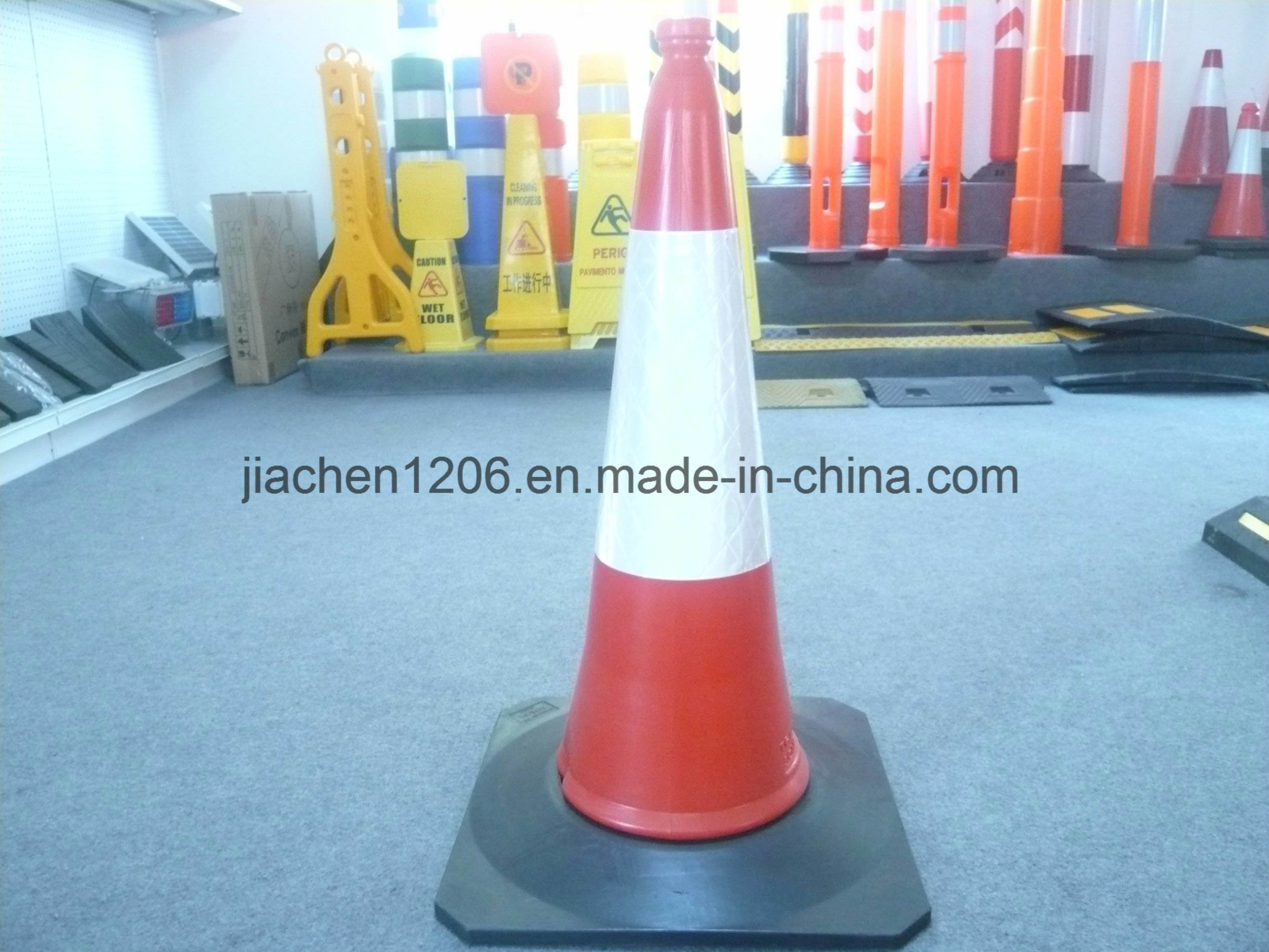 Plastic Traffic Cone with Rubber Heavior Base LED Fixed 750mm pictures & photos