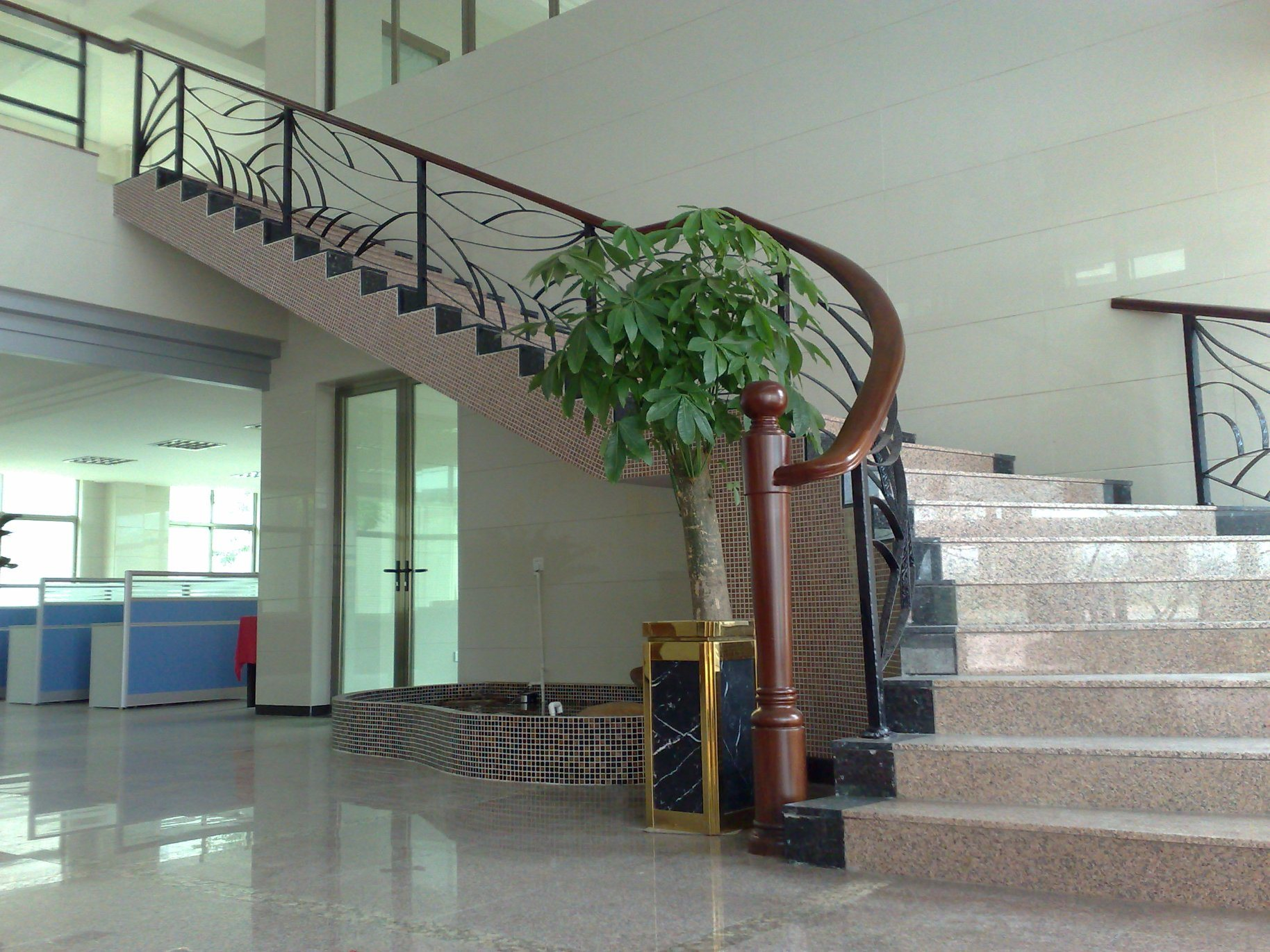 China Commercial Buildings Staircase With Tempered Glass And Wooden Handrial