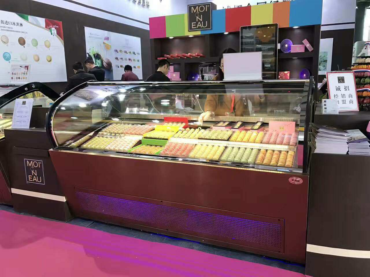 China Curved Glass Ice Cream Display Cabinet Gelato Refrigerated Freezer