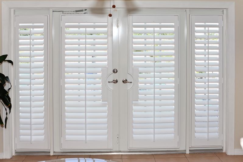China Basswood Bi Fold Indoor Window Shutters For French
