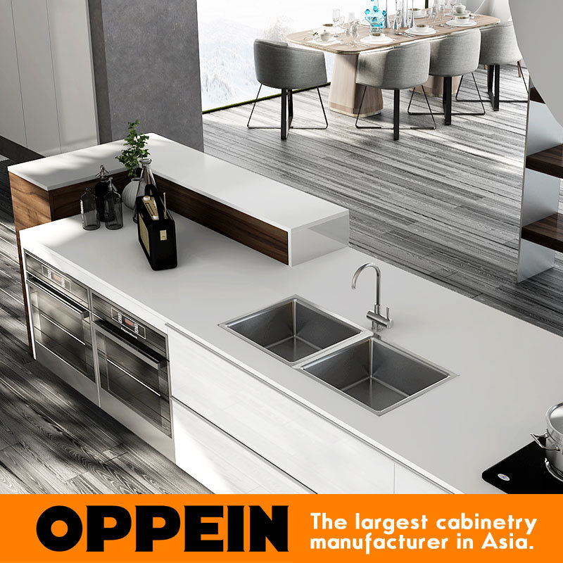 Oppein Fashionable Stream-Lined White Lacquer Wood Kitchen Cabinet (OP16-L17) pictures & photos