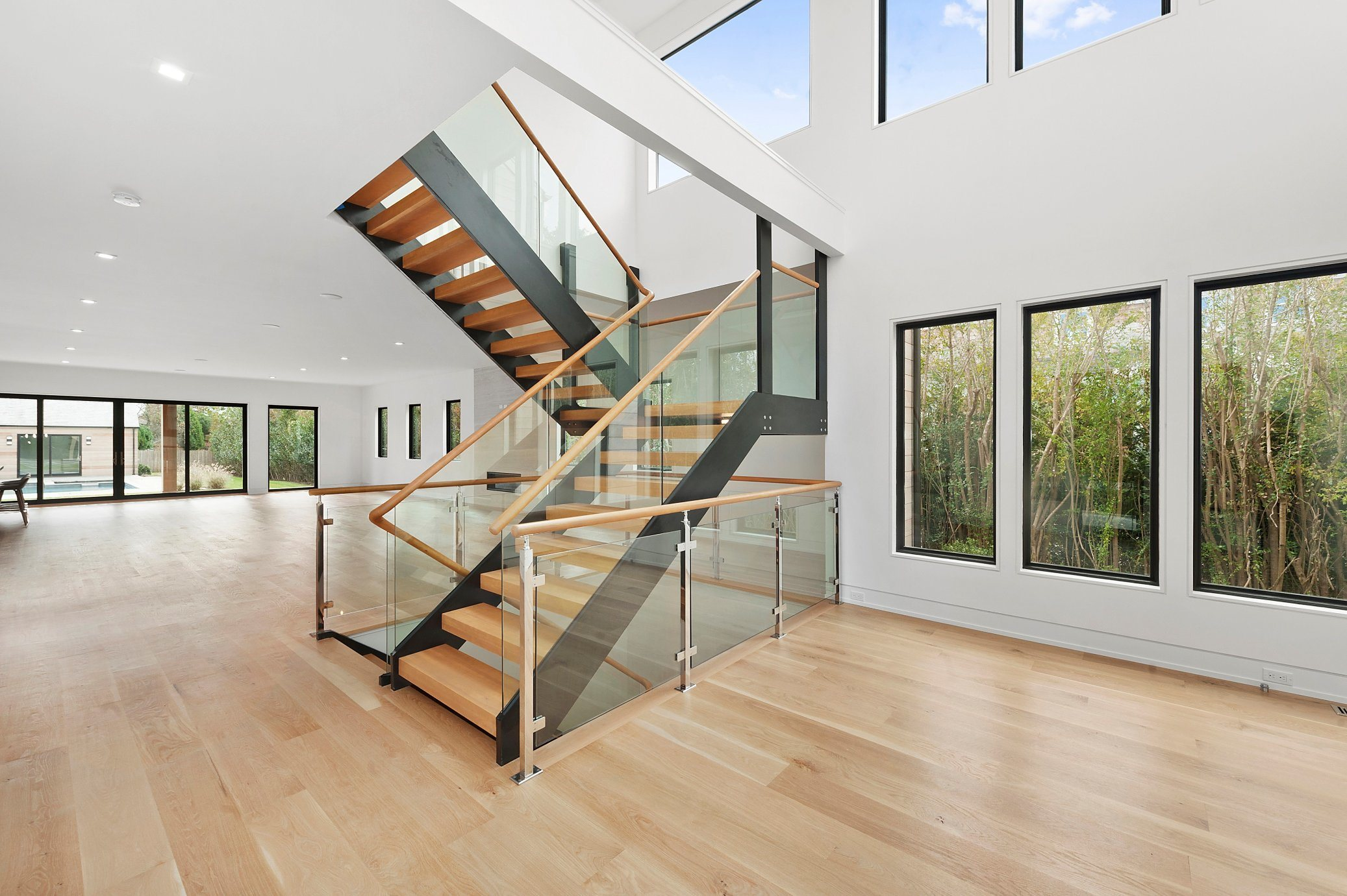 China U Channel Glass Railing For Double Stringer Wood Staircase