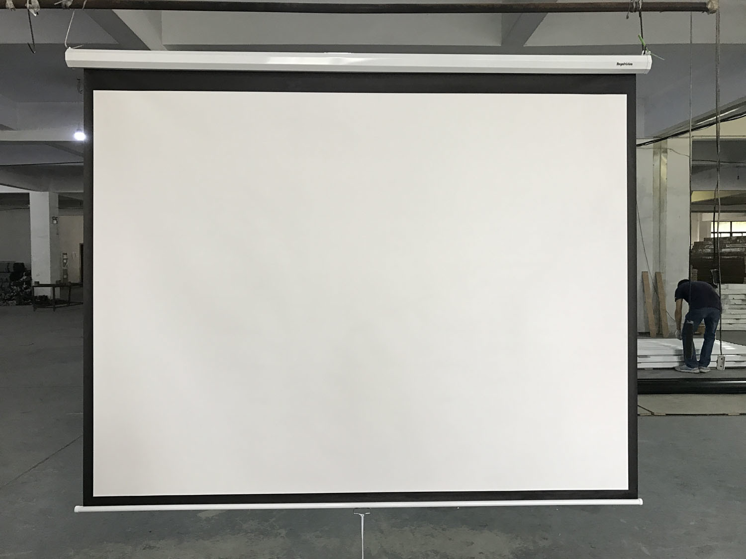 China Ceiling Wall Mount Motorized Tab Tensioned Projection Screen Overhead Projector