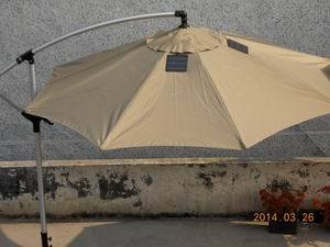 China Solar Lighting Outdoor Patio Metal Cantilever Garden Umbrella