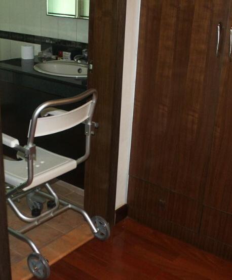 China Folding U Shape Seat Bath Shower Chair with Wheels for ...