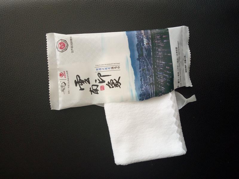 China Cotton Microfiber Nonwoven Disposable Wet Towel