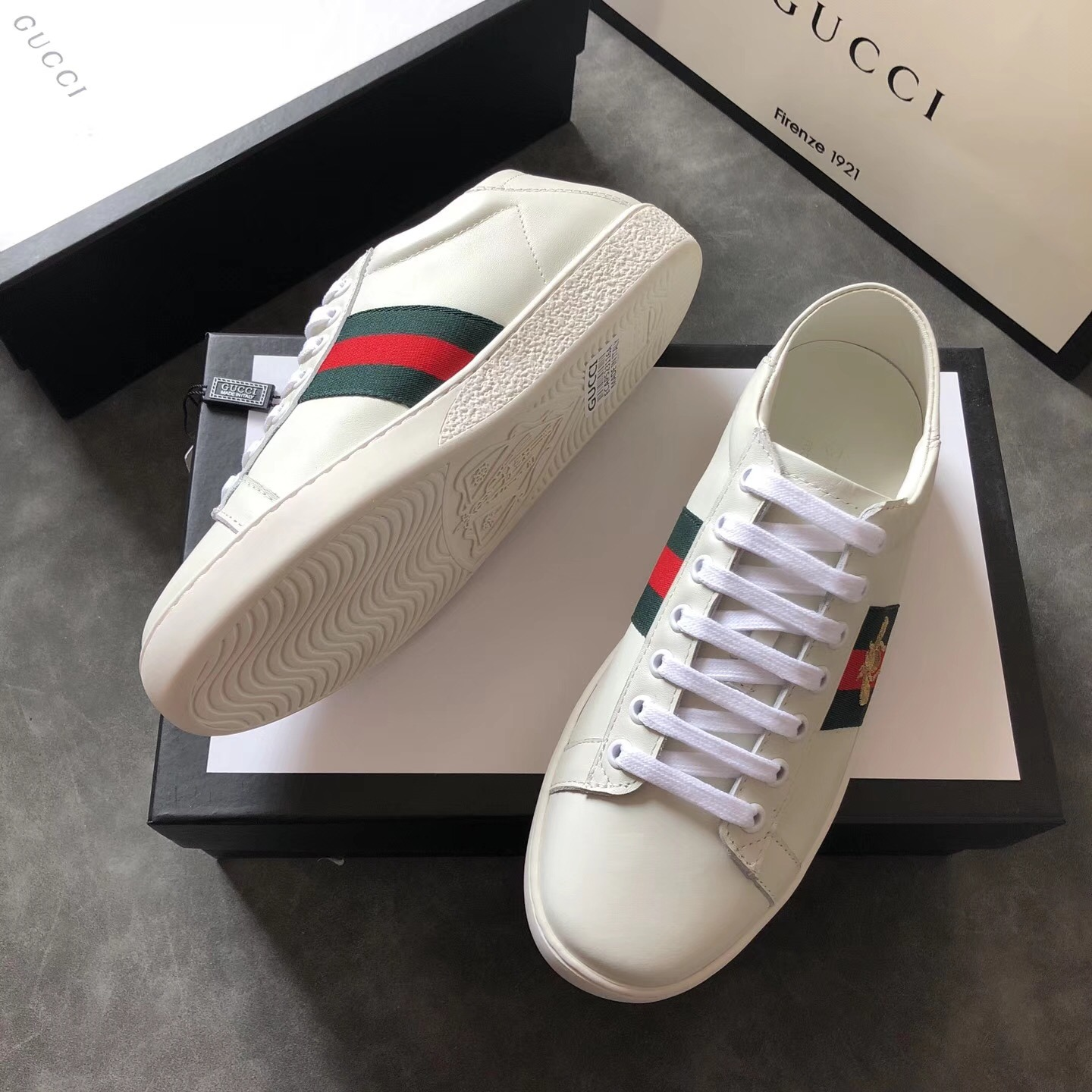 ba82bbbf77f Mens Designer Luxury Shoes White Women Sneakers Good Embroidery Bee Cock  Tiger Dog Fruit on The Side Casual Shoes with Og Box
