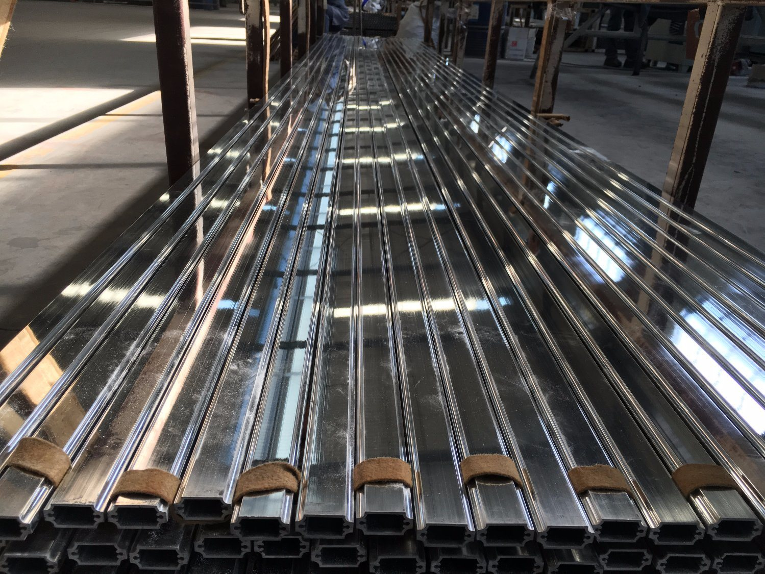 Machine Polishing Aluminium Alloy Extrusion Profile for Door and Window pictures & photos