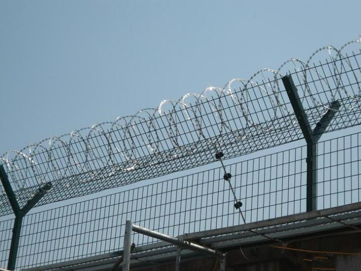 China High Tensile Galvanized Razor Barbed Wire Jail Prison Fence ...