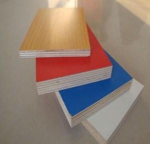 La melamina, madera contrachapada en madera veteada con un grosor de 2,0 mm a 18mm en tamaños de 1220x2440
