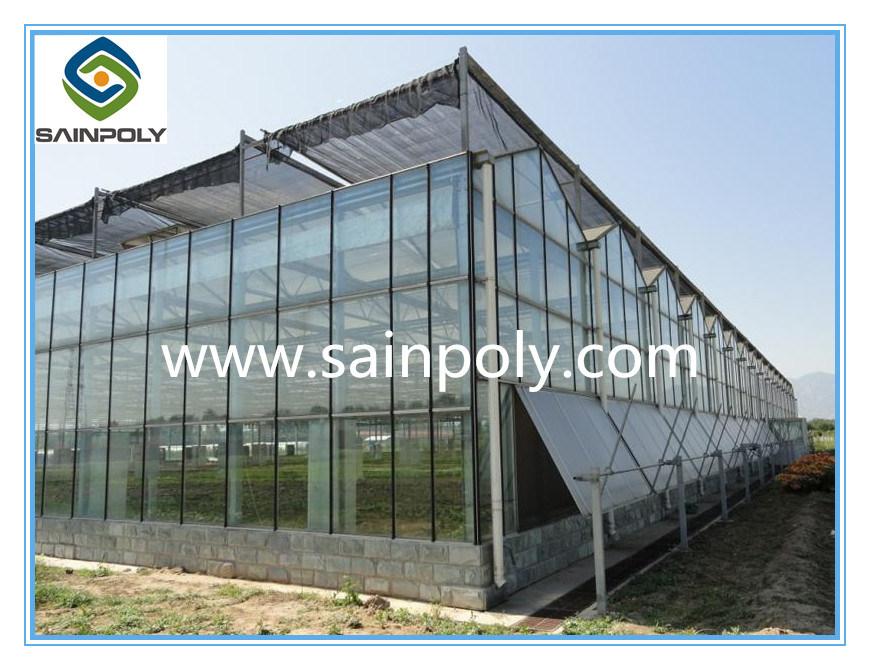 Il grande vetro isolato riveste la serra di pannelli