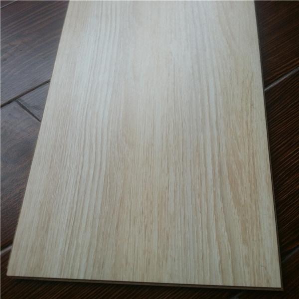 Pavimenti laminati di legno di colore chiaro di tessitura ...