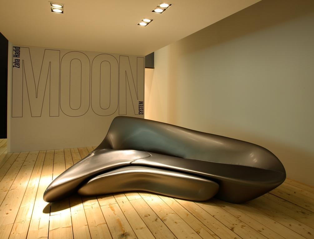 Cina luna sofa zaha hadid moon system sofa con l 39 ottomano for Divano zaha hadid