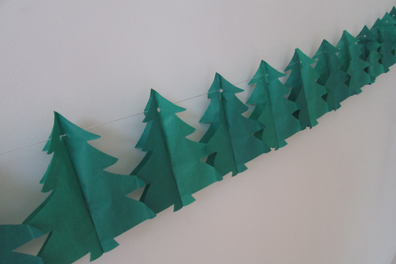 Foto de rbol de navidad guirnaldas de papel para la - Decoracion navidad papel ...