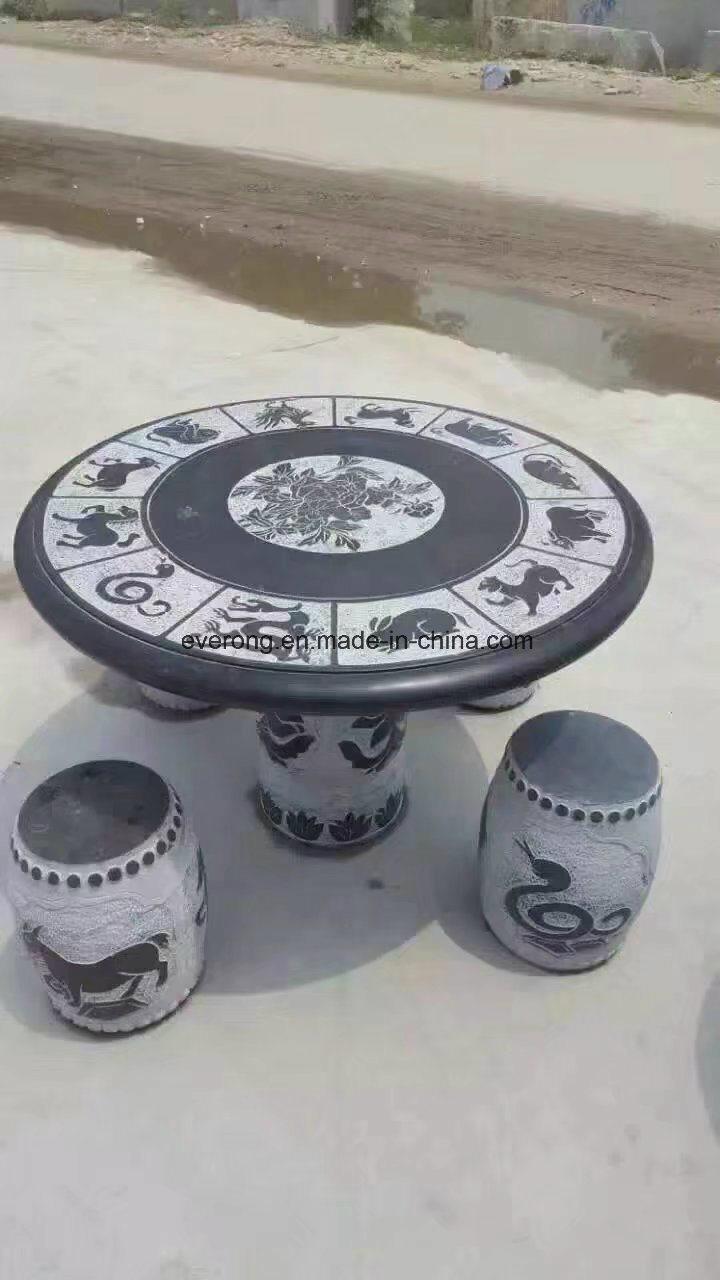 La sculpture en granit noir Table ronde avec quatre bancs de ...