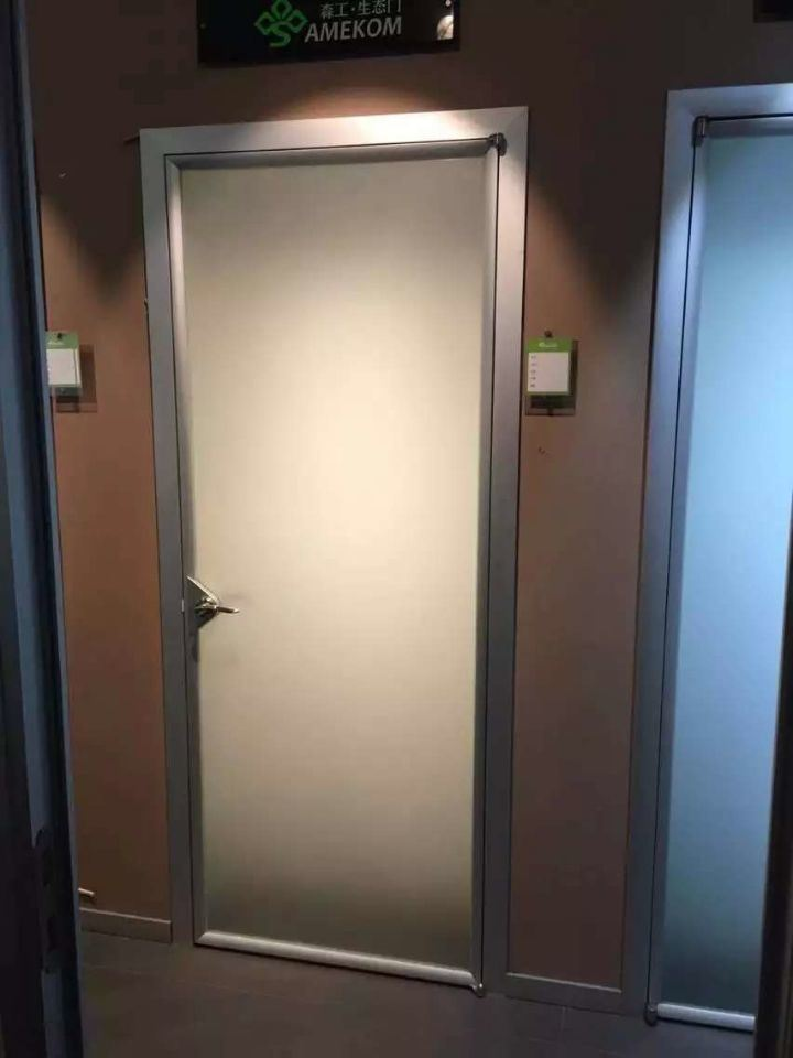 Foto de la puerta del ba o moderno cuarto de ba o de for Puertas de aluminio para habitaciones