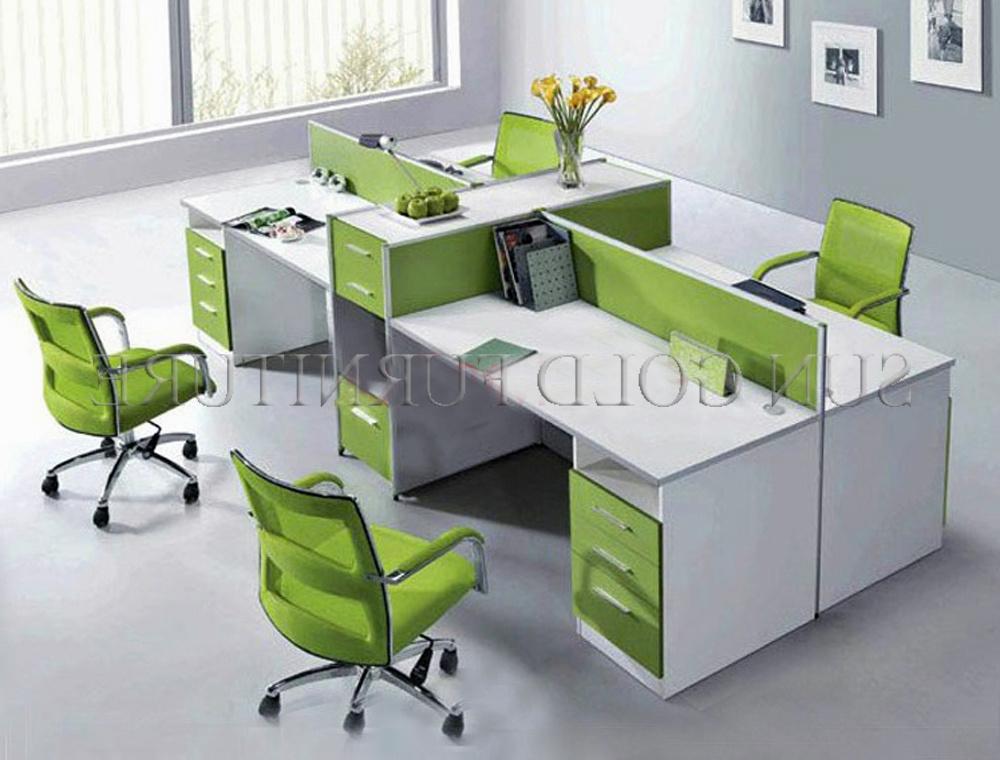 Arbeitsplatz büro schreibtisch Kleiner Büro-Raum-Büro-Arbeitsplatz, grüner Schreibtisch des Büro ...
