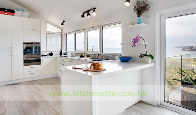U Vormige Keuken : Eindigt de u vormige keuken van de stijl van het strand met witte