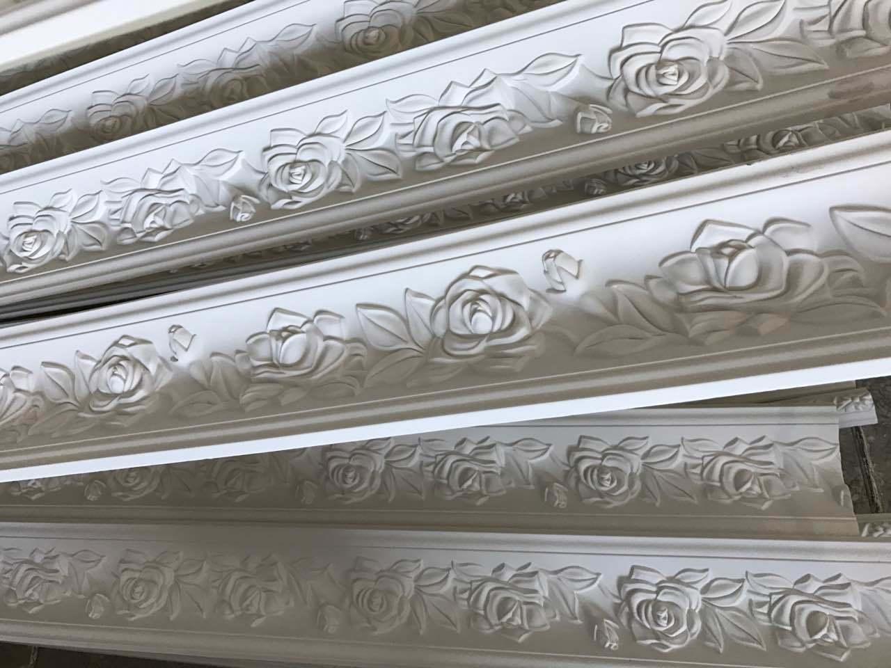 Deligate Rose, welche die PU-Gesims-Krone formt für Decken-Wand-Dekoration schnitzt