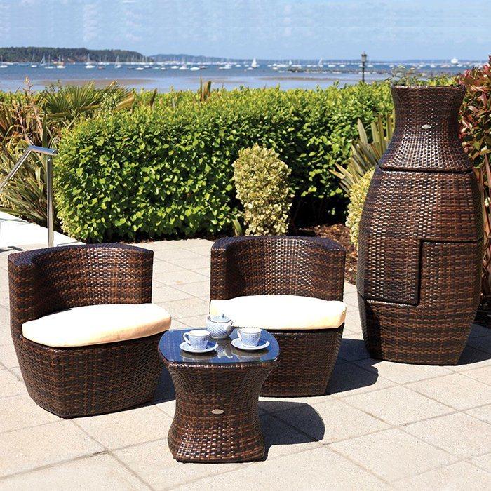 Foto de Balcón patio jardín mesas sillas de mimbre Sofá relax con un ...