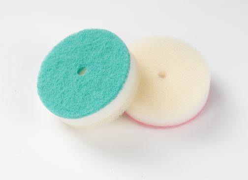 La gomma piuma di poliuretano frega la spugna della cucina di pulizia con il rilievo di raschiatura