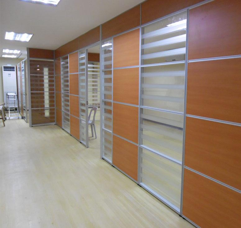 Foto de Un interior moderno marco de aluminio Cristal divisor de ...