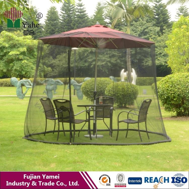 屋外の傘の庭の蚊帳