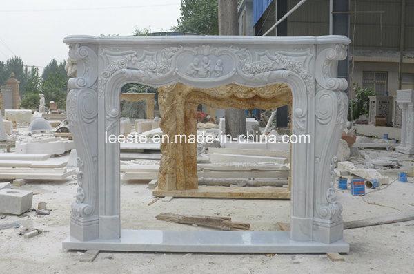 Camino Classico Bianco : Camino di marmo bianco lussuoso e parete vuota fotografia stock