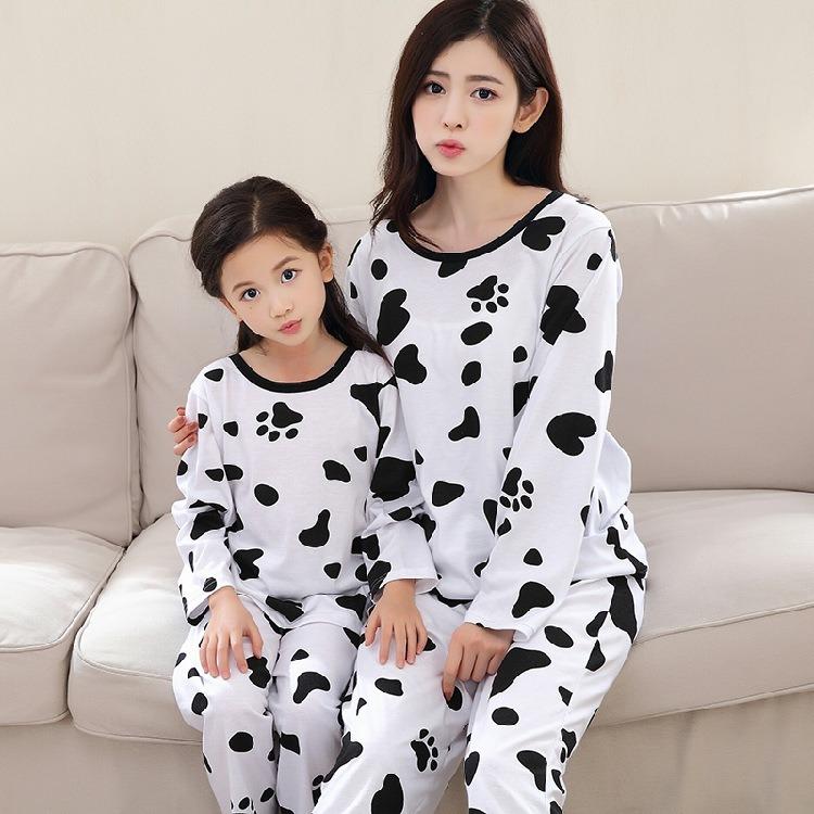牛プリントが付いている長い袖の親子供のパジャマ