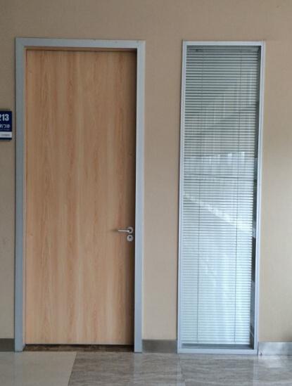 Foto de habitaci n interior puertas de madera dise o de - Puertas de diseno interior ...