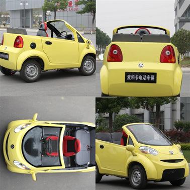 밝은 색상의 전기 미니 자동차