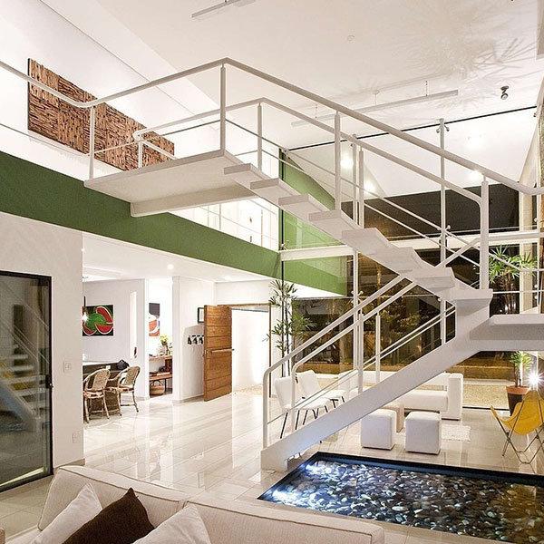 Foto de casa en forma de u escalera de hierro forjado con for Escaleras en forma de u