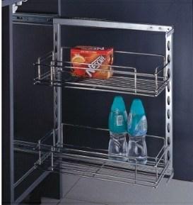 La canasta del lado de la cocina en el gabinete
