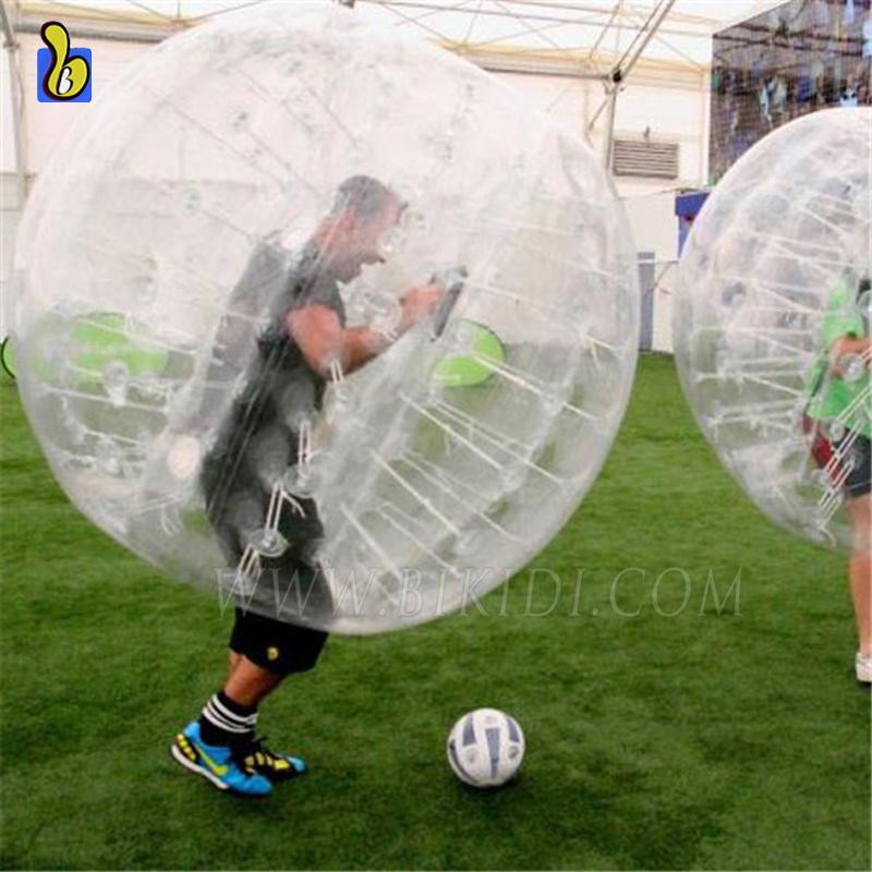 d14cc62deb Foto de Pára-choques humanos bola de futebol de bolha