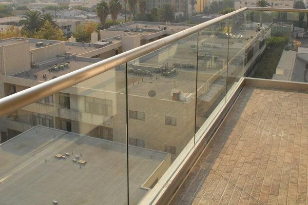 Foto de baranda de balc n de aluminio canal u el pasamanos for Ofertas escaleras de aluminio