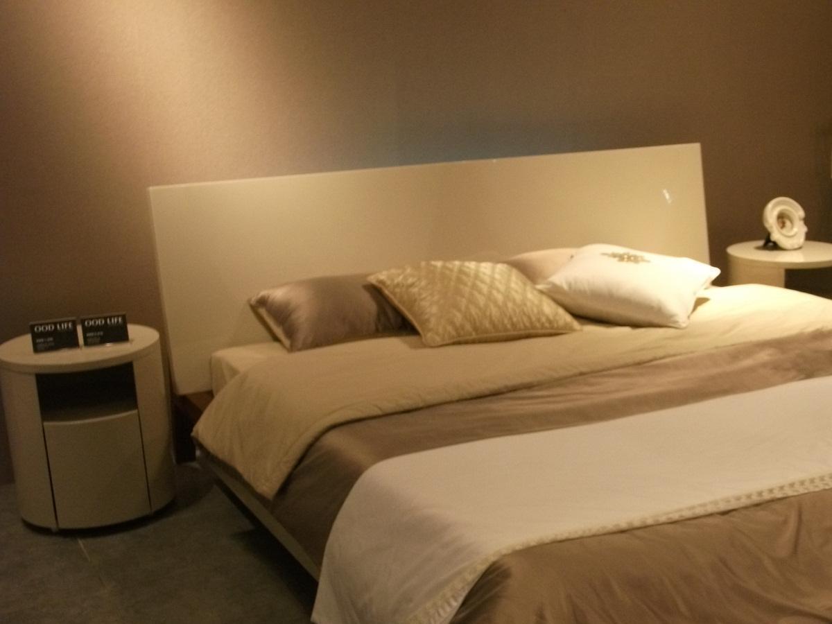 高い光沢のある色(216)の特別なベッド