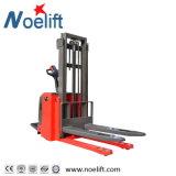 El apilador eléctrico con capacidad de carga 1500kg con monta el modelo de las piernas a horcajadas Tb15 con la abrazadera de papel del rodillo