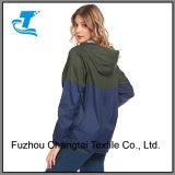 Les femmes imperméabilisent la jupe extérieure à capuchon de pluie