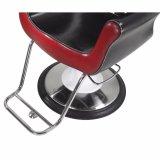 El peluquero que labra la tela roja negra de la silla ofrece un respaldo de descanso