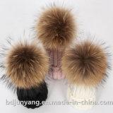 Casquillos del invierno con las bolas verdaderas de la piel